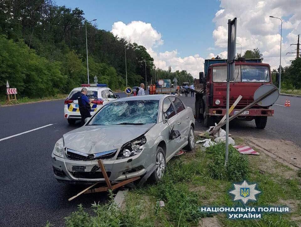 На трассе Киев-Одесса водитель автомобиля наехал на работников дорожной службы (фото)