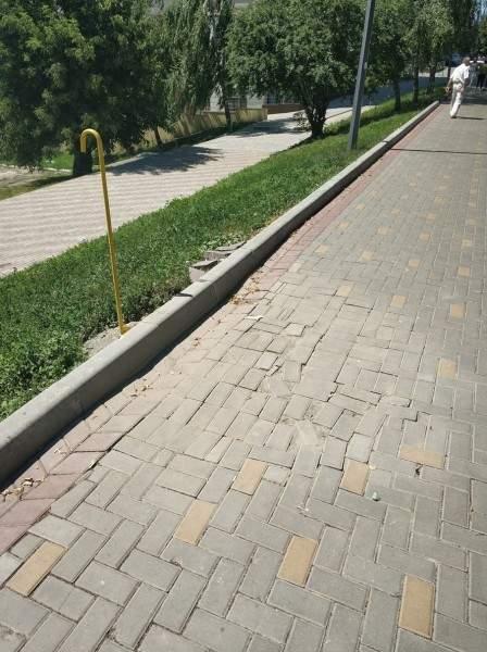 В Луцке жители жалуются на отвратительный ремонт тротуаров (фото)