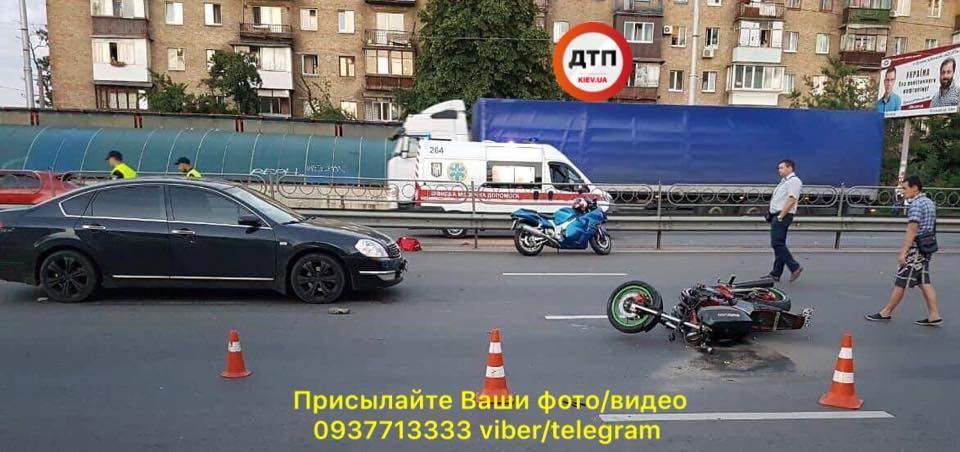 В Киеве произошло серьезное мото-ДТП, есть пострадавшие