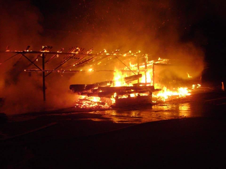 На Полтавщине подпалили навес с древесиной (фото)