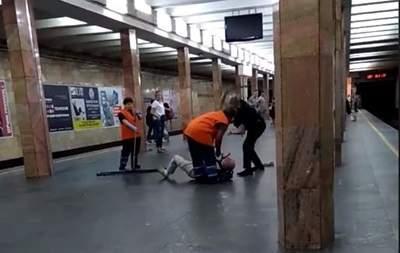 В столичном метро полицейский избил мужчину дубинкой