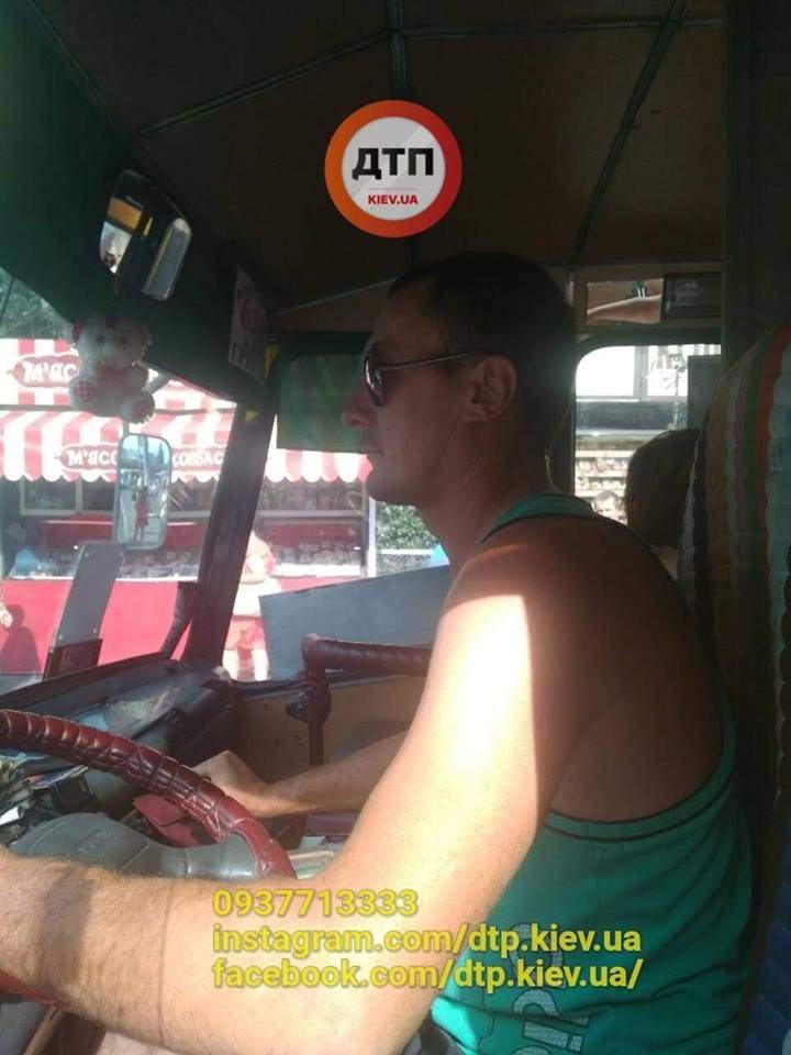 В Киеве водитель маршрутки разбил зеркало автомобилисту, который его