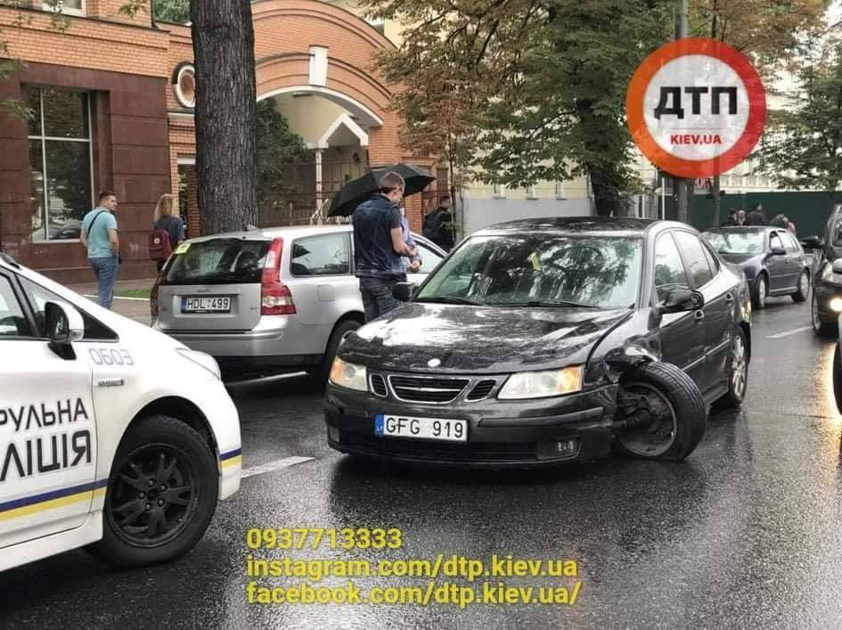 Водитель автомобиля на еврономерах приехал на митинг в Киеве и совершил ДТП (фото)