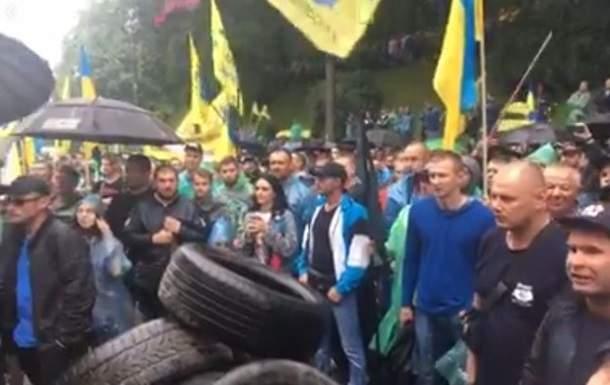 В Киеве к зданию Кабмина принесли шины