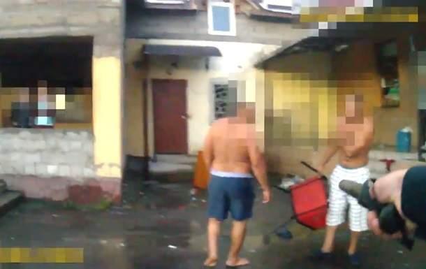 В Закарпатской области мужчина  ударил железным стулом полицейского
