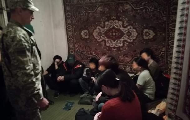 В Закарпатской области пограничники задержали 13 нелегальных мигрантов из Вьетнама