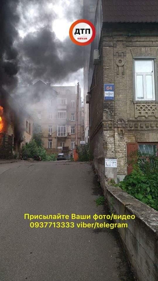 В Киеве загорелся дом на Дмитириевской, движение на улице перекрыто (фото)