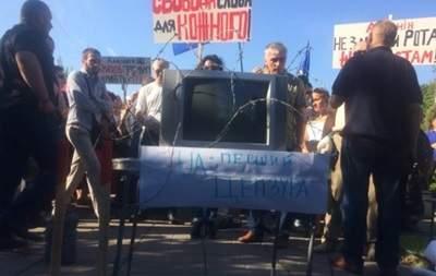 Из-за цензуры и коррупции несколько сотен человек требовали отставки Аласании