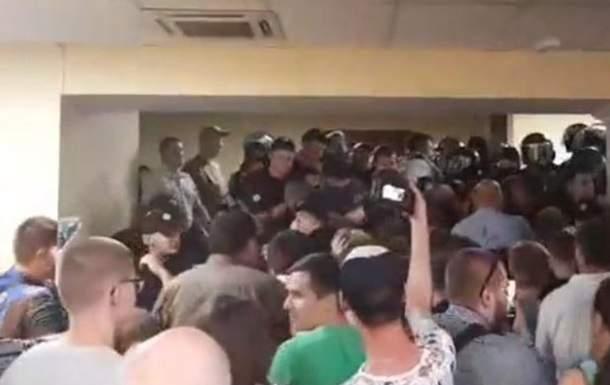 В результате потасовки в КГГА  пострадали два полицейских
