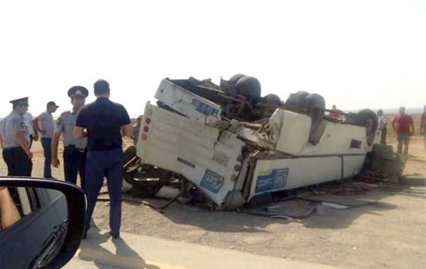 В Азербайджане столкнулись грузовик и пассажирский автобус, погибла женщина, еще 13 человек пострадали