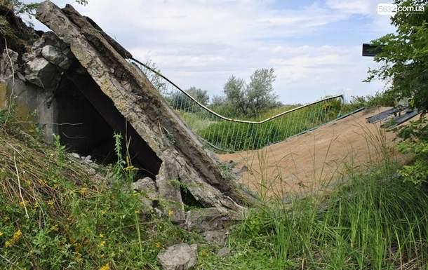В Днепропетровской области рухнул мост под нагруженным грузовиком-зерновозом