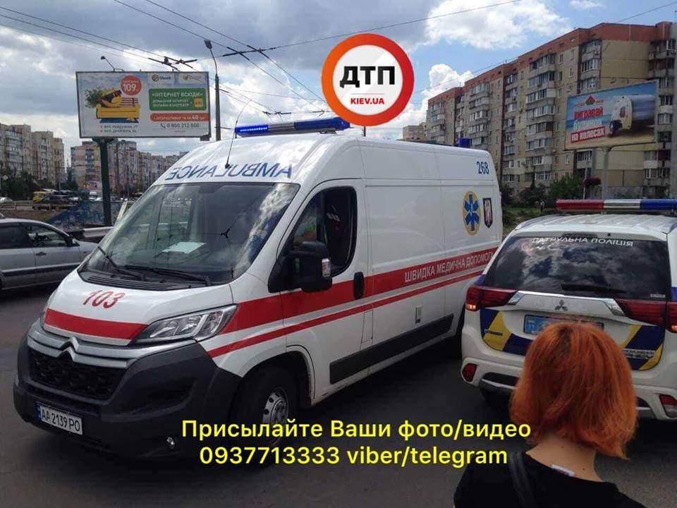 В Киеве столкнулись две маршрутки, есть пострадавшие (фото)