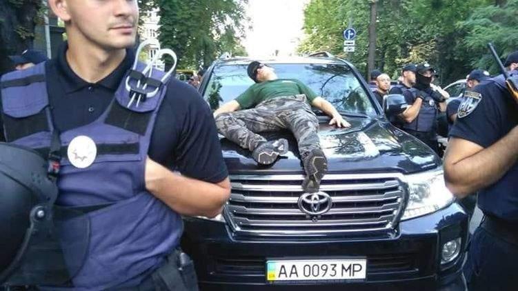 У здания Верховной Рады во время инцидента с автомобилем депутата полиция задержала 1 митингующего