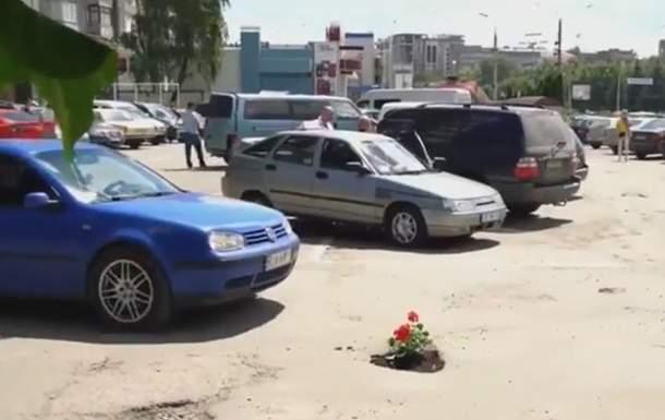 В Черновцах от ям на дорогах пытаются избавиться с помощью цветов