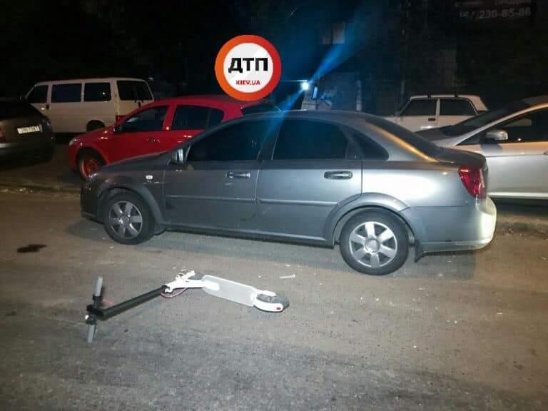 Ночью в Киеве парень на самокате врезался в автомобиль и был госпитализирован (фото)