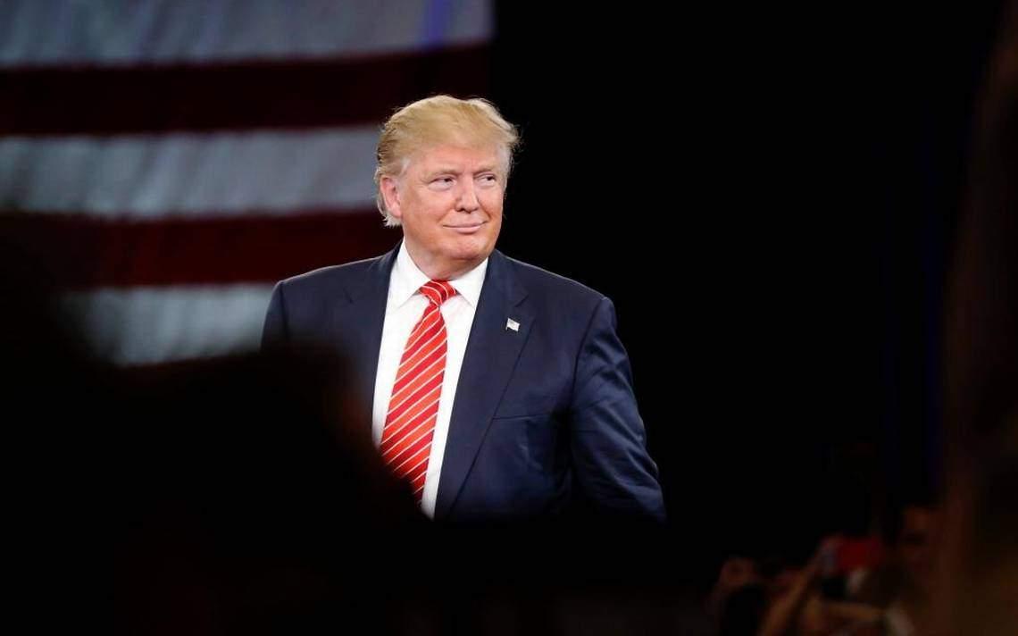 В Шотландии выступили против политики Трампа прямо на территории гольф-клубов Trump Turnberry и Trump International Golf Links.