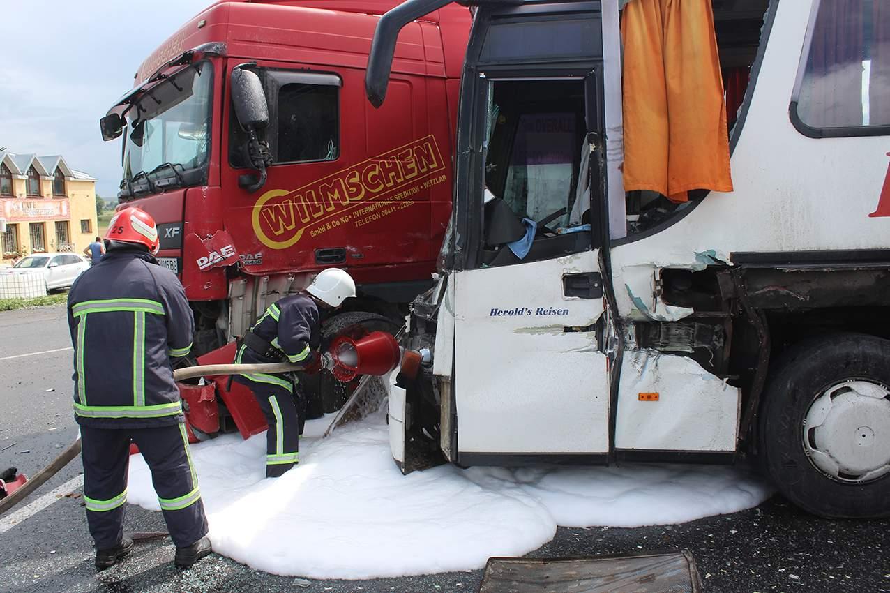 В Хмельницкой области столкнулись трактор, автобус и грузовик, есть пострадавшие (фото)