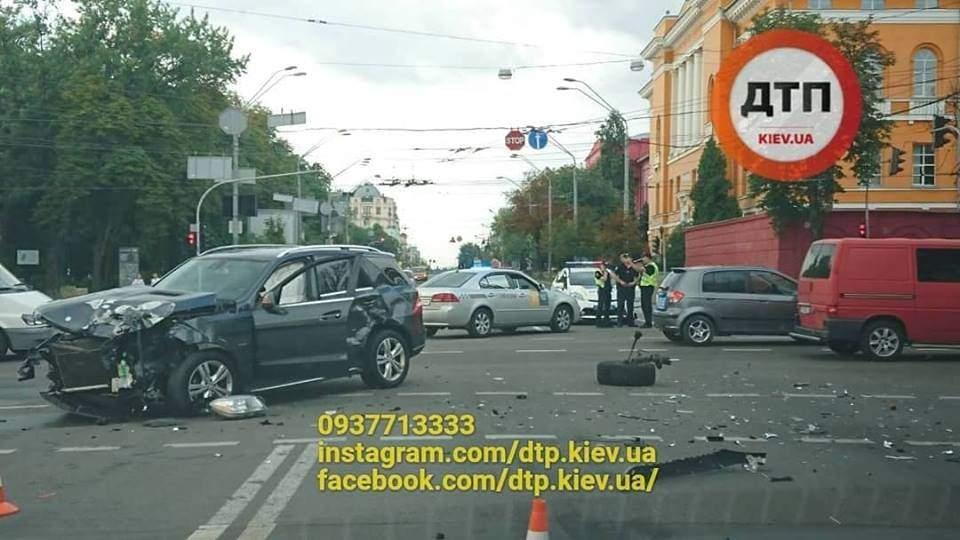 В Киеве столкнулись сразу четыре автомобиля
