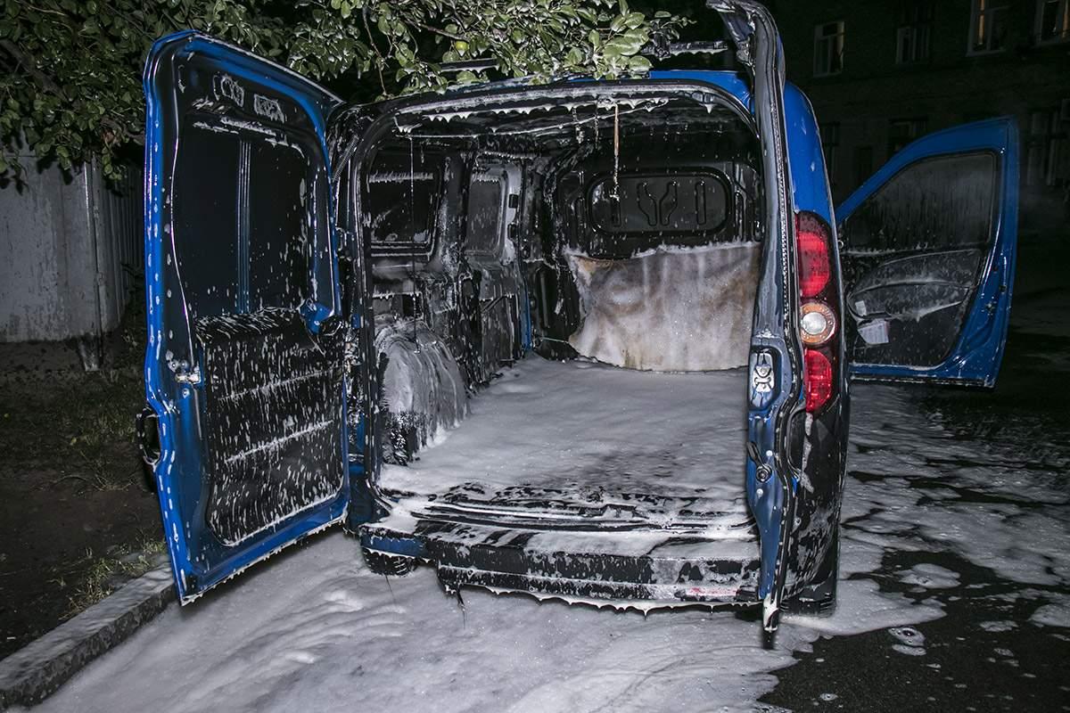 В Киеве дотла сгорел автомобиль (фото)