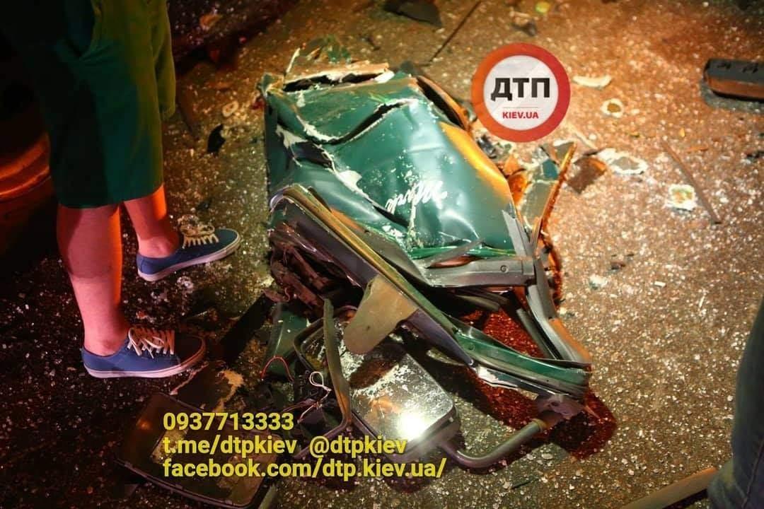 В Киеве столкнулись две фуры (фото)