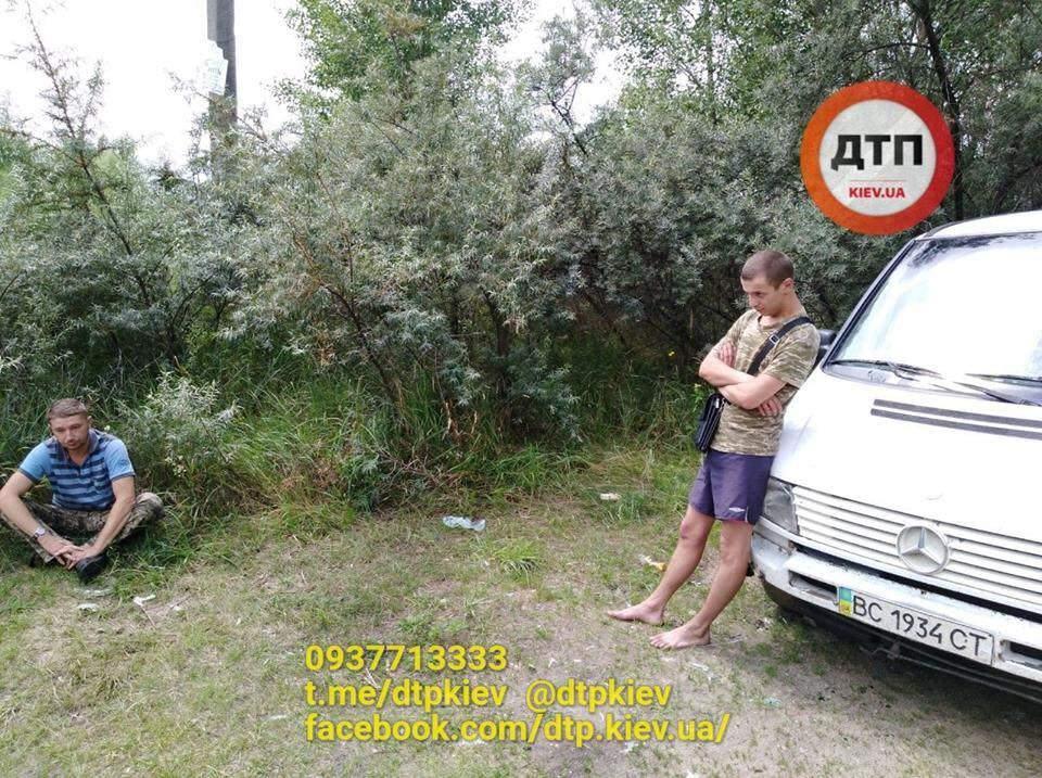 В Киеве пьяный водитель за рулем буса снес шлагбаум (фото)