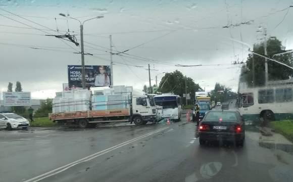 В результате столкновения грузовика с автобусом в Луцке пострадали 5 человек (фото)