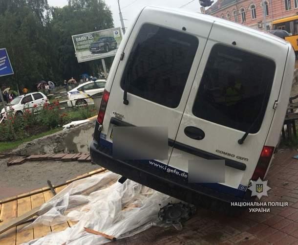 В Полтаве легковушка врезалась в подземный переход, один человек погиб (фото)