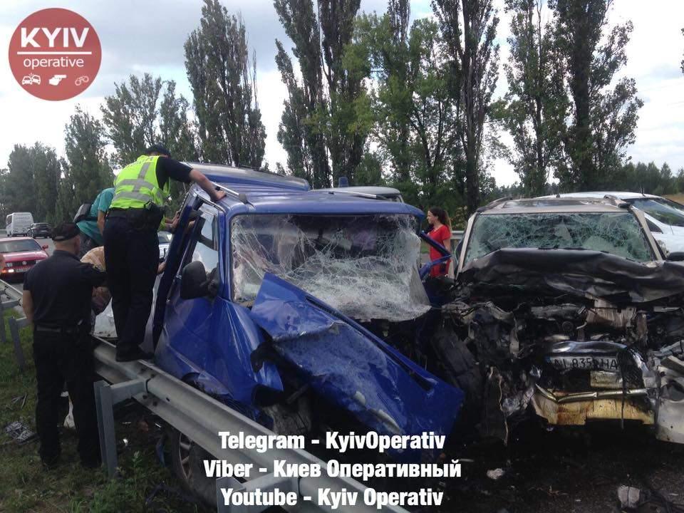 Под Киевом произошло тройное ДТП, погибла женщина, еще два человека пострадали (фото)