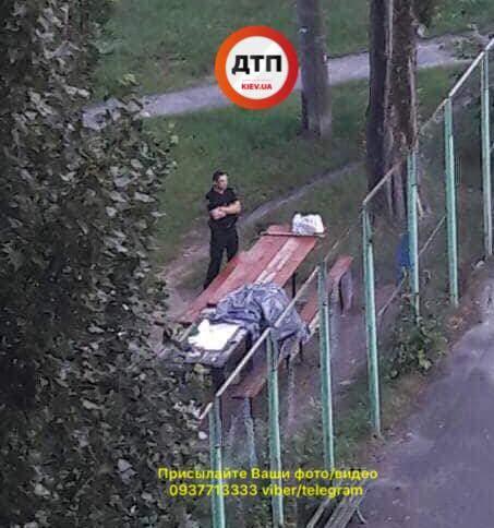 В Киеве мужчина умер прямо за столом во дворе (видео)