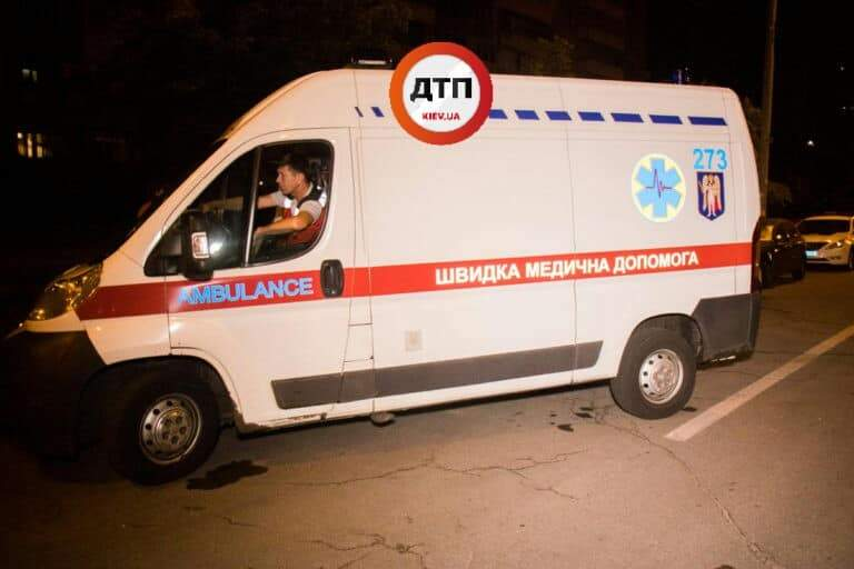В Киеве пьяная компания подростоков получила травмы упав с мопеда (фото)