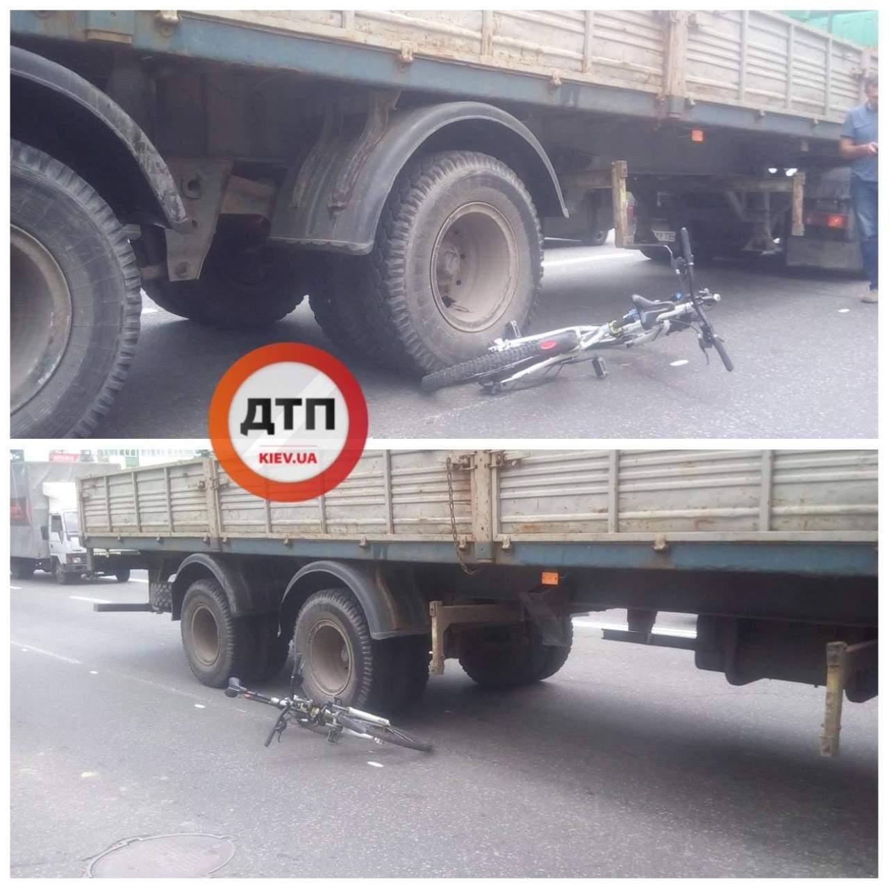 В столице велосипедист в результате столкновения с автомобилем угодил под прицеп грузовика (фото)