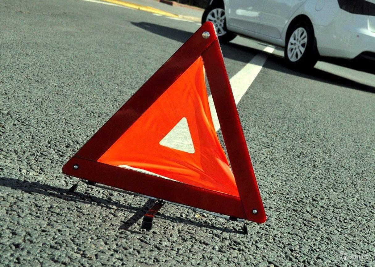 Во Львовской области водитель автомобиля не справился с управлением и въехал в столб