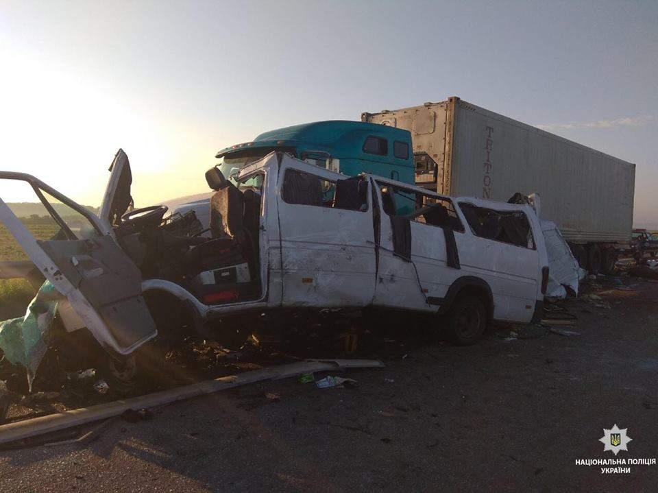 Под Николаевом столкнулись микроавтобус и грузовик, пять человек погибли, еще двенадцать пострадали (фото)