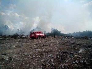 В Полтавской области спасатели третий день пытаются потушить пожар на свалке