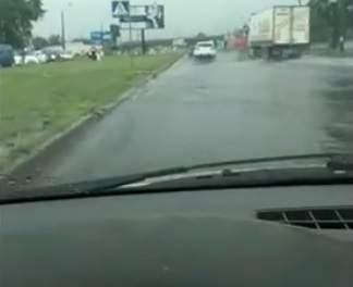 В одном из районов Киева затопило проезжую часть в результате пройденного дождя (видео)