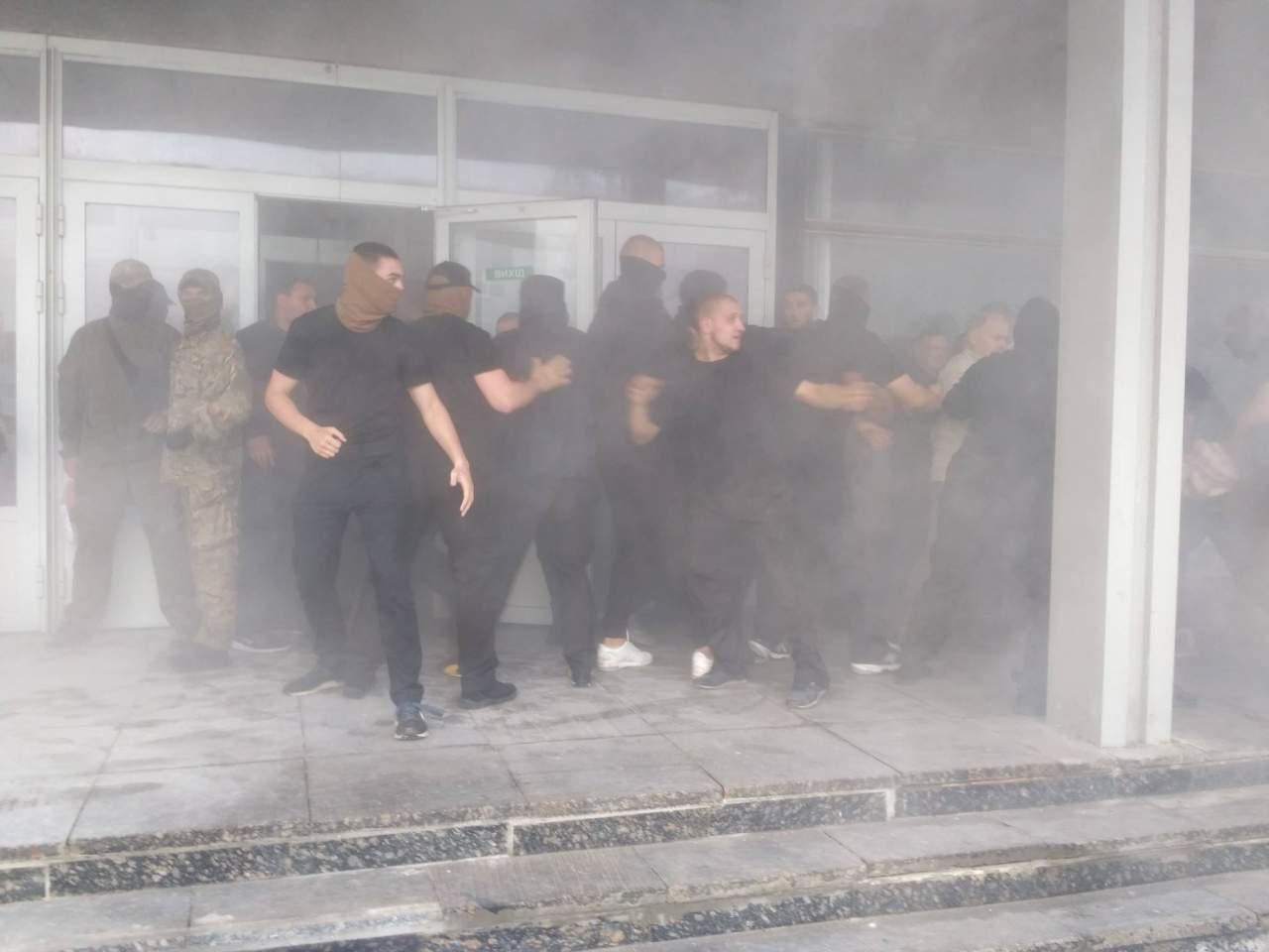 В Киеве титушки захватили госпредприятие «Электронмаш»: около 400 работников оказались на улице (фото)
