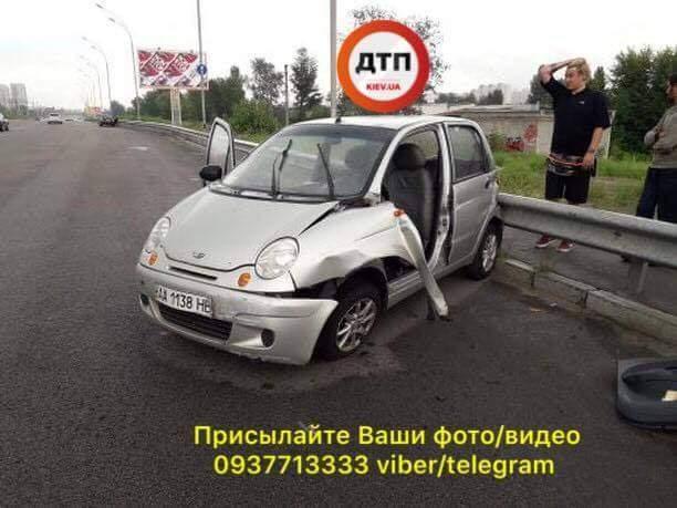 В Киеве пожилой велосипедист устроил ДТП с пострадавшими на Дарницком мосту (фото)