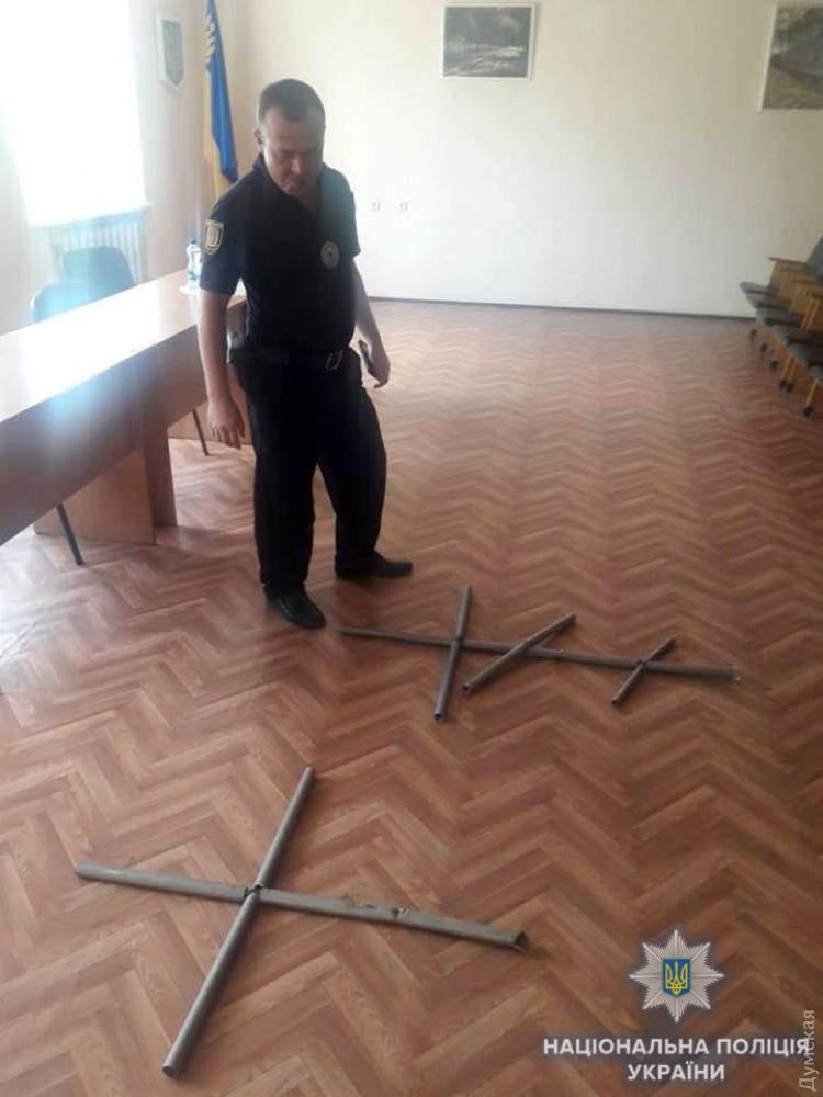 На Одесчине мужчина сдавал на металл срезанные на кладбище кресты (фото)