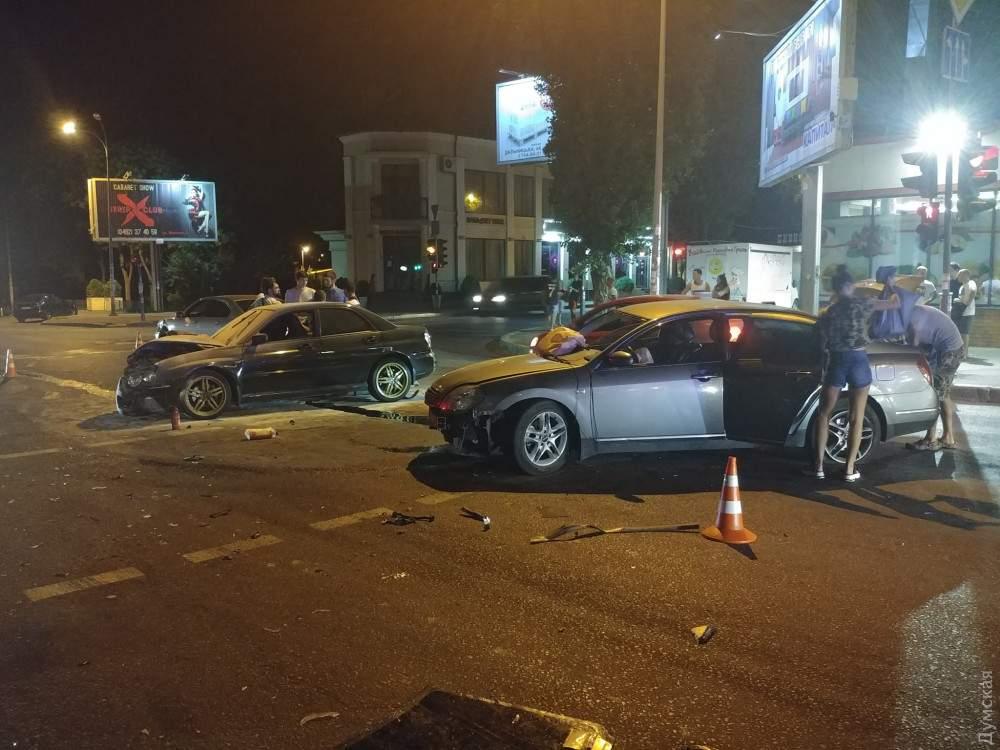 В Одессе в результате столкновения трех автомобилей загорелся