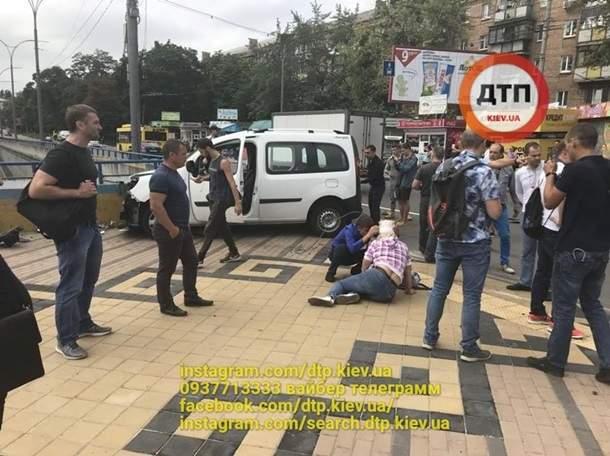 В Киеве столкнулись два автомобиля и сбили четверых пешеходов