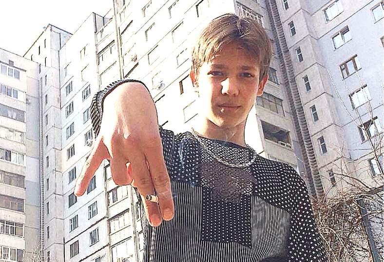 В Харькове подросток на камеру издевался над животным