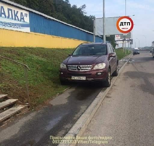 В столице очередной мастер парковки заблокировал пешеходам путь (фото)