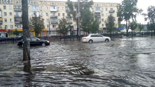 В Киеве из-за мощного ливня парализовано движение транспорта (фото)