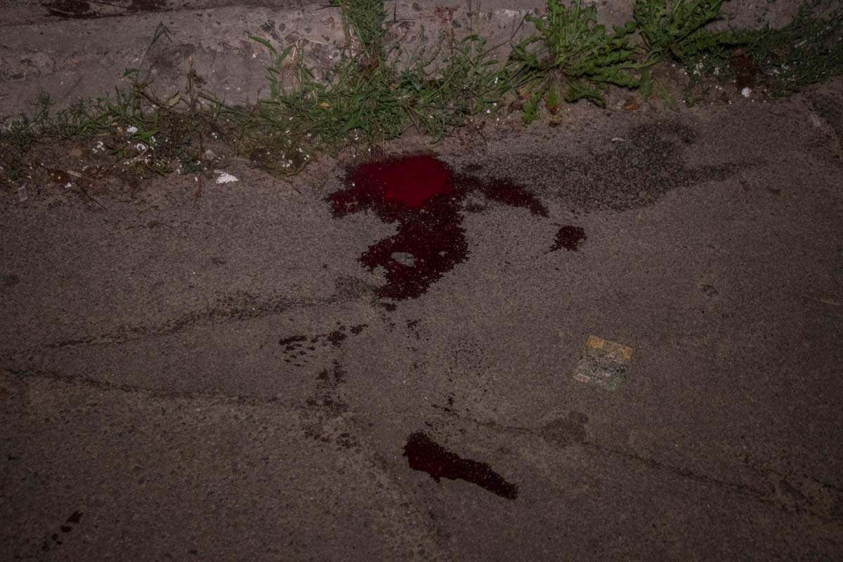 В Киеве неизвестные едва не зарезали парня из-за сумки со 100 гривнами (фото)