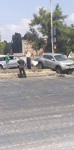 В столице женщина хотела срезать путь, а в итоге повредила автомобиль (фото)