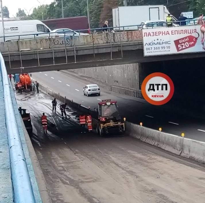 В Киеве полностью откачали воду в туннеле на Дорогожичах (видео)