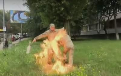 В Киеве возле здания Минобороны доброволец облил себя горючим веществом и поджег