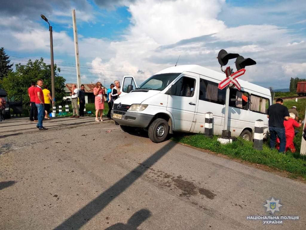 Смертельное столкновение маршрутки с поездом на Буковине: 2 погибших, 7 пострадавших