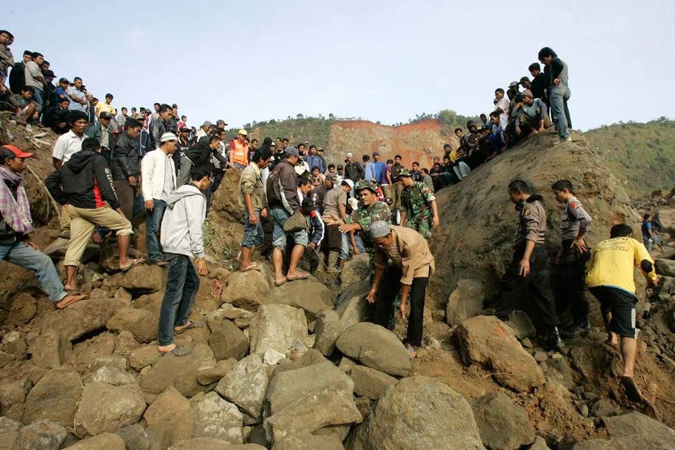 Более 800 туристов в Индонезии оказались заблокированы на горе из-за землетрясения