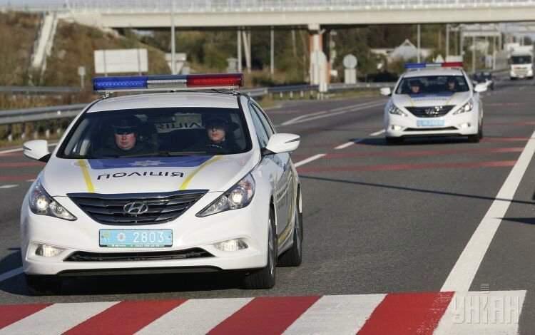 В Киеве нарушитель сбил патрульных и протащил их по дороге